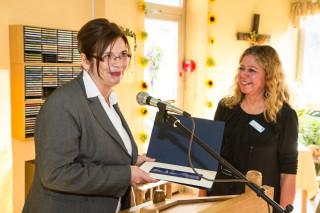 Die stellvertretende Bürgermeisterin Silvia Godde überreicht Gislea Gerlach- Wiegmann als Dank der Stadt Herten eine historische Stadtansicht. Foto: SMMP/Bock