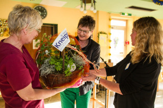 Josefine Marten (m.) hat die Zertifizierung als Vorsitzende des Kneipp-Vereins Gadbeck begleitet und bedankt sich bei Gabriele Küper (l.) und Gisela Gerlach-Wiegmann mit Kräuterpflanzen. Foto: SMMP/Bock