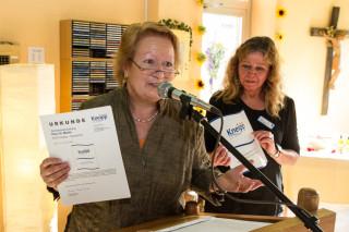 Der große Augenblick: Als Landdesvorsitzende des Kneipp-Verbandes überreicht Eva Wünsche das Zertifikat. Foto: SMMP/Bock