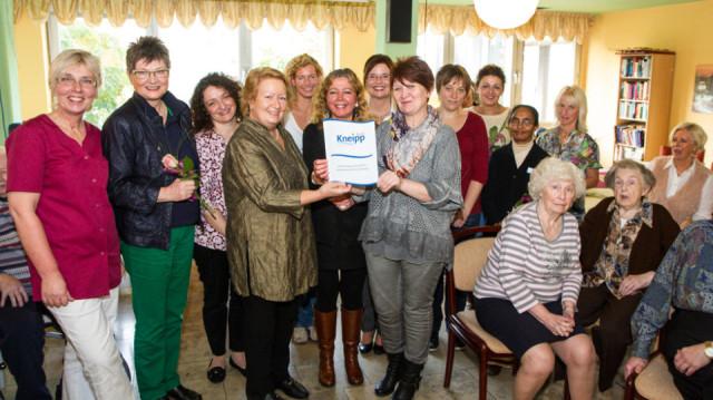 Das Kneipp-Team des Hauses St. Martin freut sich gemeinsam mit der stellvertretenden Bürgermeisterin Silvia Godde über die Zertifizierung. Foto: SMMP/Bock