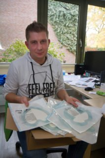 Und wieder ist im Büro von Thomas Gartz eine KIste mit neuen Mustern von Wundauflagen eingetroffen. Foto: SMMP/Ulrich Bock