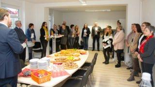 Geschäftsführer Frank Pfeffer begrüßt die Gäste bei der Einsegnungsfeier des neuen ambulanten Dienstes in Herten. Foto: SMMP/Bock