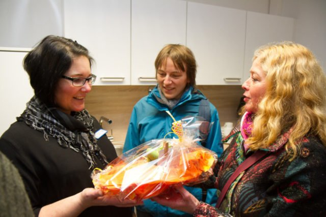 Bei einem Imbiss gab es noch Gelegenheit zu Begegnung. Hier gratulieren Gisela Gerlach-Wiegmann (r.) und Claudia Behlke (m.) vom Haus St. Martin in Westerholt. Foto: SMMP/Bock