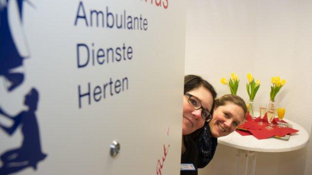 Herzlich willkommen! Davibna Oertel und Corinna Albrecht leiten den neuen ambulanten Dienst in Herten-Langenbochum. Foto: SMMP/Bock