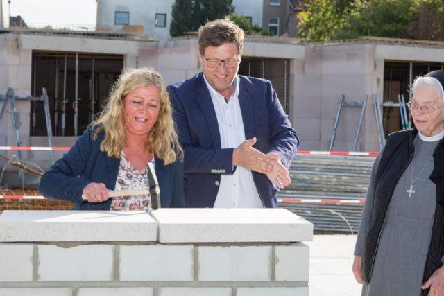 Geschafft: Einrichtungsleiterin Gisela Gerlach-Wiegmann und Geschäftsführer Frank Pfeffer schließen den Grundstein für das neue Haus St. Martin. (Foto: SMMP/Beer)