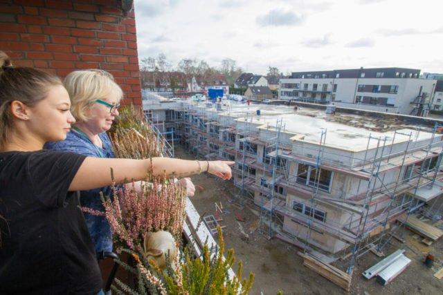 Ende Februar: Die Auszubildende Nadine Grelewicz und Bewohnerin Monika Jaeschke blicken von der vierten Etage des alten Hauses St. Martin auf den zweigeschossigen Neubau. Inzwischen ist der Rohbau fertig. Das für den 2. April angesetzte Richtfest findet aber leider nicht statt. Foto: SMMP/Ulrich Bock