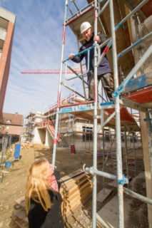 Heimleiterin Gisela Gerlach-Wiegmann und Haustechniker Michael Lüdtke auf der Baustelle des Hauses St. Martin. Foto: SMMP/Ulrich Bock