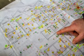 In den Plänen ist jeder Strom- und Wasseranschluss eingezeichnet. Foto: SMMP/Ulrich Bock