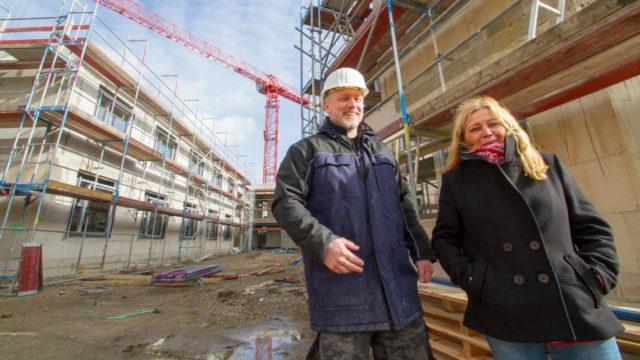 Gisela Gerlach-Wiegmann und Haustechniker Michael Lüdtke auf der Baustelle des Hauses St. Martin. Foto: SMMP/Ulrich Bock