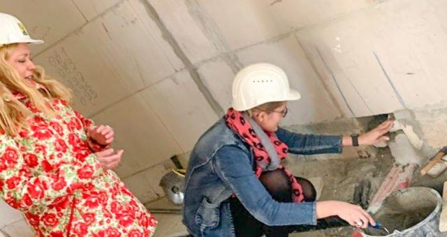Symbolischer Akt: Heimleiterin Gisela Gerlach-Wiegmann (l.) und ihre Nachfolgerin Linda Agiri setzten am Dienstag die Zeitkapsel mit den Dokumenten der Grundsteinlegung in eine Wand des Neubaus ein. Foto: SMMP/Michael Lüdtke