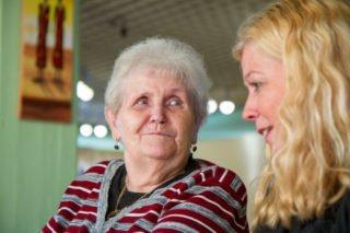 Gisela Gerlach-Wiegmann im Gespräch mit einer Bewonerin im Haus St. Martin. Foto: SMMP/Ulrich BOck