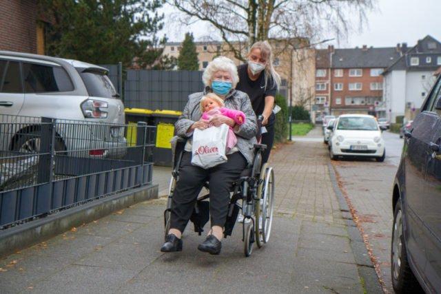 Der Nieselregen kann Pflegekräfen und Senioren nichts anhaben. (Foto: SMMP/Bock)