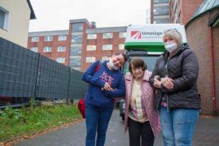 Diana Rohrig und Sandra Weiers haken sich bei Bewohnerin Berta Droste ein, um sie sicher ans Ziel zu bringen. Foto: SMMP/Ulrich Bock