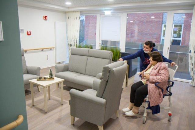 Die angehende Altenpflegerin Diana Rohrig zeigt Berta Droste die Aufenthaltsbereiche. Foto: SMMP/Ulrich Bock