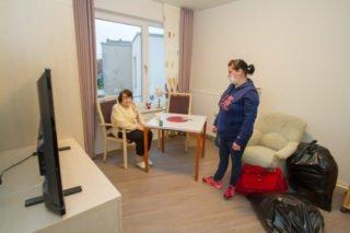 Angekommen im neuen Zimmer. Berta Droste freut sich, dass die Möbel schon am richtigen Platz stehen. Foto: SMMP/Ulrich Bock