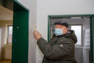 Detlev Gruber nimmt in seinem alten Zimmer das letzte Bild von der Wand. Foto: SMMP/Ulrich Bock