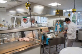 Auch in der Küche wird an diesem Mittag zum ersten Mal gekocht. Foto: SMMP/Ulrich Bock
