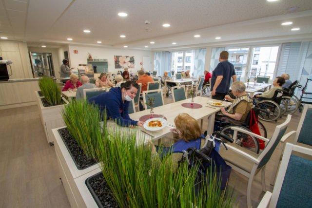 Jetzt kehrt Leben ins neue Haus St. Martin ein. In den Aufenthaltsbereichen wir das erste Mittagessen ausgegeben. Foto: SMMP/Ulrich Bock