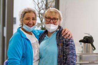 Dülay Sagci und Silvia Kuhnert freuen sich, das erste Mittagessen im neuen Haus St. Martin serviert zu haben. Foto: SMMP/Ulrich Bock