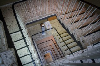 Treppe rauf - Treppe runter. Die Mitarbeiter aus dem Haus St. Martin sind froh, im neuen Gebäude nur noch zwei Etagen und ausreichend große Aufzüge zu haben. Foto: SMMP/Ulrich Bock