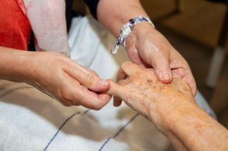 Handmassagen können Verspannungen lösen. Foto: SMMP/Ulrich Bock