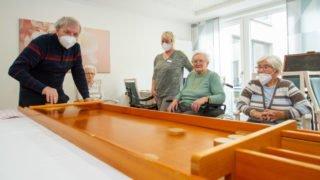 Beim Jakkolo-Spiel messen sich die Senioren in Geschick und Treffsicherheit. Foto: SMMP/Ulrich Bock