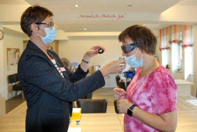 Ausbildungskoordinatorinnen unter sich: Sylvia Schmidt (l.) prüft, was Claudia Behlke durch die sichtbehindernde Brille noch sieht. Foto: SMMP/Natalie Rammert