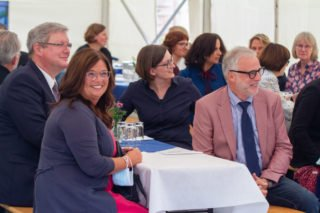 Bürgermeister Matthias Müller (r.) war gemeinsam mit der zweiten stellvertretenden Bürgermeisterin Silvia Godde (l.) zur Einsegnungsfeier gekommen. Foto: SMMP/Ulrich Bock